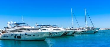 大豪华游艇在港口 免版税库存照片