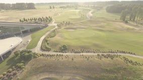 大豪华高尔夫球场鸟瞰图  绿色草坪和树的看法 射击从上面,顶视图,寄生虫 股票视频