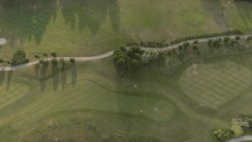 大豪华高尔夫球场鸟瞰图  绿色草坪和树的看法 射击从上面,顶视图,寄生虫 影视素材