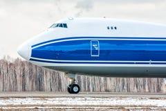 大货物飞机特写镜头正面图在跑道的在一个冷的冬天机场 免版税库存照片