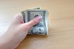 大贿款在手中很多现金 美钞保证金发薪日成功 背景美元查出我们空白 免版税图库摄影