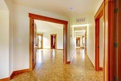 大走廊在空的房子里。 新的豪华家庭内部。 库存照片