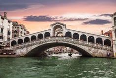 大运河和Rialto桥梁的看法在日落 威尼斯 免版税库存图片