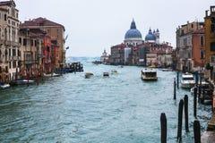 大运河在威尼斯市在多雨秋天天 免版税库存照片