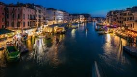 大运河在对夜timelapse的威尼斯,意大利天 在长平底船和城市的看法从Rialto桥梁点燃 股票视频