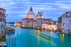 大运河在晚上在威尼斯,意大利 库存图片