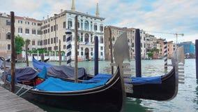大运河在有被停泊的长平底船的威尼斯 股票录像