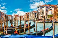 大运河在有长平底船小船的威尼斯 库存照片