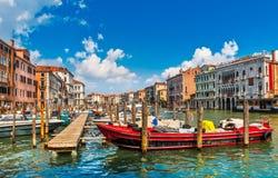 大运河堤防的威尼斯老房子 库存图片