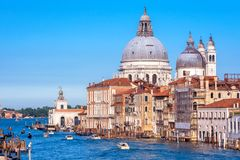 大运河的全景有圣玛丽亚致敬大教堂的, 免版税库存图片