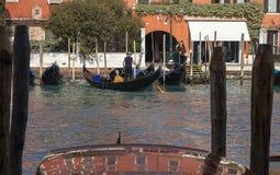大运河的平底船的船夫 免版税库存照片