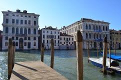 大运河的木救生艇甲板在威尼斯,意大利 库存图片