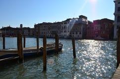 大运河的木救生艇甲板在威尼斯,意大利 免版税库存照片