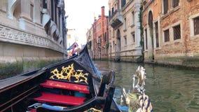 大运河的看法在威尼斯,意大利 长平底船的平底船的船夫 股票视频