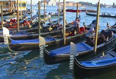 大运河的长平底船和平底船的船夫 库存图片