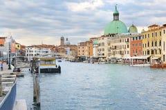 大运河看法有圣Simeone教会的在威尼斯,意大利 免版税库存照片