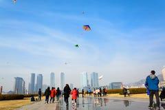 大连,中国:在星海广场的人飞行的风筝 免版税库存图片