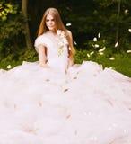 大透明白色礼服的白肤金发的妇女 库存图片