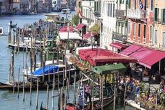 大道的看法在大运河和港口长平底船的,威尼斯,意大利的 库存照片