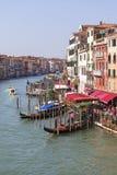 大道的看法在大运河和港口长平底船的,威尼斯,意大利的 库存图片