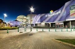 大道购物中心的门面的风景看法在2015年3月6日的晚上在Vitoria,西班牙 免版税库存照片