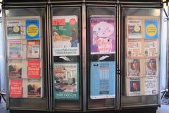 大道Haussmann,巴黎- 10月9日15日:广告在小径的海报板在大道Haussmann Rd 巴黎,法国 图库摄影