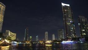 大都会在晚上 从办公室窗口点燃在摩天大楼,城市的商业中心 影视素材