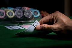 大酒杯比赛在一个赌博娱乐场的有在一个绿色大酒杯ta的芯片的 库存图片