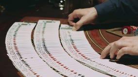 大酒杯经销商在赌博的桌上 关闭纸牌行  股票录像