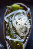 大酱汤特写镜头与海草、面条、海草和豆腐的在匙子 免版税库存照片
