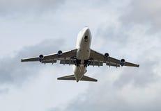 大重的波音747飞机货物飞机飞行顶上与蓝天用云彩填装了 免版税库存图片
