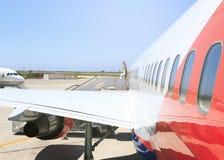 大重的现代详细的外视图的乘客大型飞机边关闭与出口把柄,乘客 免版税库存图片