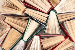 大量五颜六色的书 使用的精装书书 在视图之上 库存照片