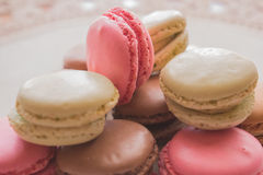 大量可爱色的macarons接近  免版税库存图片