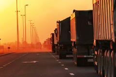 大量堵塞业务量卡车 免版税库存照片