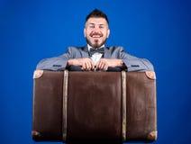 大量手提箱 背景配件箱发运英俊查出在服务白色工作者 旅行和行李概念 有行李的行家旅客 行李保险 人井 免版税库存照片