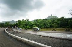 大量手段修理路在印度 修理的设备路 推土机准备修造路 原野印地安国家a 免版税图库摄影