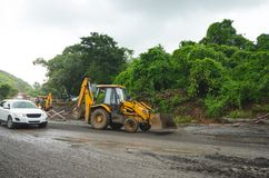 大量手段修理路在印度 修理的设备路 推土机准备修造路 原野印地安国家a 图库摄影
