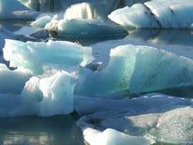 大量漂浮在冰川盐水湖的蓝色冰山的形状和大小 免版税图库摄影