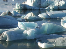 大量漂浮在南冰岛的冰川盐水湖的蓝色冰山的形状和大小 免版税图库摄影