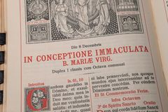 大量礼拜仪式的书定货在拉丁语的-圣母无染原罪瞻礼 图库摄影