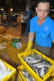 大量篮子的渔场等待购买在Binh Dien批发夜海鲜市场,最大一个上在Ho C 库存图片
