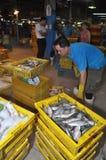 大量篮子的渔场等待购买在Binh Dien批发夜海鲜市场,最大一个上在Ho C 免版税库存图片
