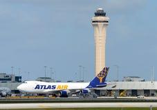 大量货物喷气机在迈阿密机场 免版税库存照片
