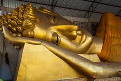 大金黄题头斜倚的菩萨图象(Phra Norn) 库存图片