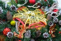大金黄网眼图案塑料响铃,冷杉分支,锥体-欢乐装饰新年,圣诞节 免版税库存图片