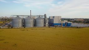 大钢谷粮仓电梯存贮天线在黄色麦田的 农业产业4k空中录影  股票录像