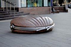 大钱包说谎由的大理石制成在街道 免版税库存照片