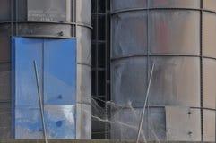 大铁烟囱有工业金属背景 免版税库存照片