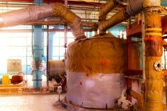 大铁热转换器、坦克、反应器、分裂蒸馏塔在玻璃纤维的绝热和矿棉镀锌 免版税库存照片